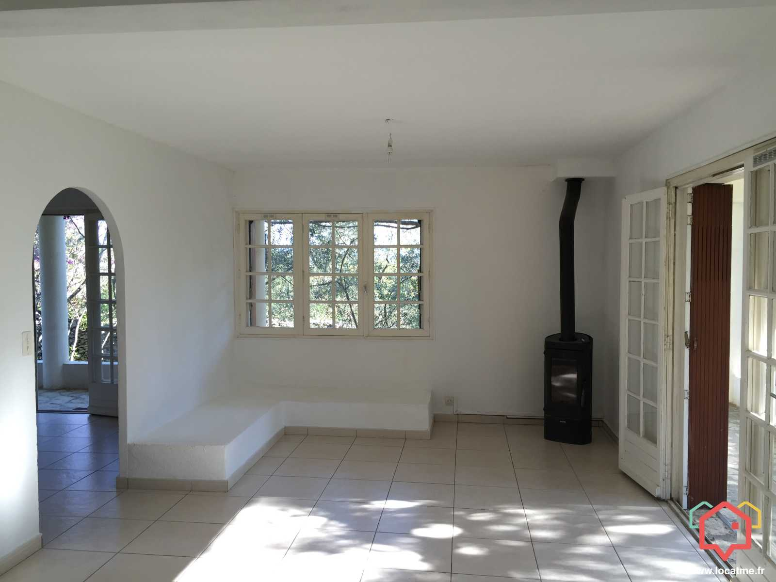 appartement louer non meubl n mes. Black Bedroom Furniture Sets. Home Design Ideas